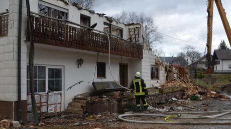 Bei dem Brand am frühen Sonntagmorgen in Vorderried hatten die Einsatzkräfte mit den Platten der Photovoltaikanlage und Wind zu kämpfen. Um an den Brandherd heranzukommen, mussten sie das brennende Haus teilweise einreißen.