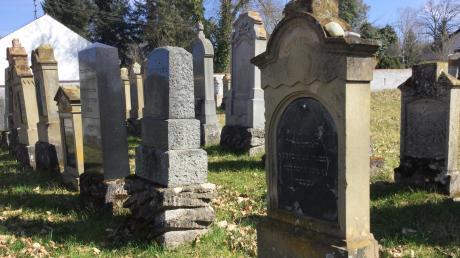 Am Friedhof legten gläubige Juden Kieselsteine als Gedenken an die Toten ab.
