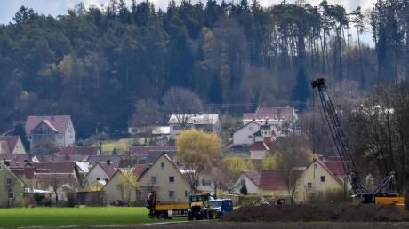 Bei Binswangen wurde der neue Brunnen des Zweckverbandes zur Wasserversorgung der Kugelberggruppe gebaut (rechts im Bild). Dieser soll demnächst ein Häuschen bekommen.