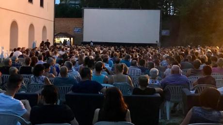Das Kino-Open-Air im Schlossgraben (Foto) ist ebenso ein Magnet wie das Wertinger Gitarrenfestival. Beide Veranstaltungen sollen im Sommer stattfinden.