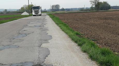 Die Ortsverbindungsstraße von Pfaffenhofen nach Donaumünster ist in einigen Bereichen dringend sanierungsbedürftig, wie hier kurz nach der Einmündung von der DLG 23. Diesen Bereich will Buttenwiesens Bürgermeister Hans Kaltner jetzt vorab in Angriff nehmen, um die Flurbereinigung im Bereich Pfaffenhofen abschließen zu können. Damit sind die Vertreter von Bürgerinitiative und Bund Naturschutz aber keineswegs einverstanden.