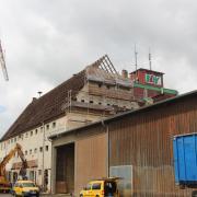 Mit dem alten Wertinger Lagerhaus auf dem ehemaligen Bahnhofsgelände verschwindet ein Stück Wertinger Stadtgeschichte. Der Abriss wird einige Wochen dauern, da die Bauarbeiter behutsam vorgehen müssen. Anstelle des Baus wird ein moderner Getreidespeicher entstehen.