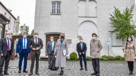 Die Besucher von der Staatsregierung besichtigten in Buttenwiesen die ehemalige Synagoge (im Hintergrund), die Mikwe und den jüdischen Friedhof.