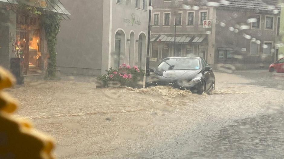 Starkregen verwandelte am Sonntagabend die Wertinger Hauptstraße in einen Bach.