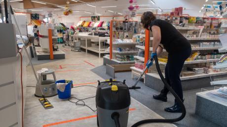 Wischen, saugen und die Spuren des Unwetters beseitigen – damit sind derzeit viele Betroffene in Wertingen und Umgebung beschäftigt. Bei Buttinette waren die Verkaufsräume betroffen.