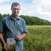 """""""Werden einem Landwirt Grundstücke angeboten, er hat jedoch nicht die finanziellen Mittel, das Land zu kaufen, kann er sich an Bio-Boden wenden.""""Udo Eppinger ist im Buttenwiesener Ortsteil Frauenstetten aufgewachsen. Hierher kehrte er jetzt nach mehreren Jahren wieder zurück. Der 53-Jährige möchte, das mehr Land nach ökologischen Anbaurichtlinien bewirtschaftet wird."""