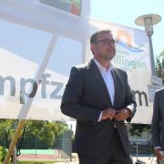 Bayerns Gesundheitsminister Klaus Holetschek (links) kam auf Einladung seines Parteifreundes, des Landtagsabgeordneten Georg Winter (rechts), nach Wertingen und besuchte dort das Impfzentrum auf dem Ebersberg. Im Gepäck hatte er gute Nachrichten: Der Landkreis bekommt 3600 Impfdosen extra.