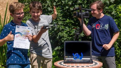 """Christopher Fingerle und Benedikt Halder(von links) haben mit ihrem Film """"Fake News"""" die Bundesjury des Europäischen Wettbewerbs überzeugt. Beim Projekt wurden sie von Benedict Fingerle unterstützt."""