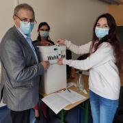 Bei der Juniorwahl an der Pflegefachschule in Wertingen versiegelt Natalie Damas-Fritz (rechts) die Wahlurne. Lehrer Bernhard Hof und Schulleiterin Angelika Wolf schauen ihr dabei über die Schulter.