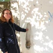 Ingrid Rehner, die Pfarrerin der evangelischen Gemeinde, ist entsetzt über die Schmierereien und Beschädigungen an der Bethlehemkirche in Wertingen.