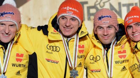 Severin Freund, Andreas Wank, Michael Neumayer und Richard Freitag (l-r) feierten den 2. Platz im Team-Wettbewerb. Foto: Hendrik Schmidt
