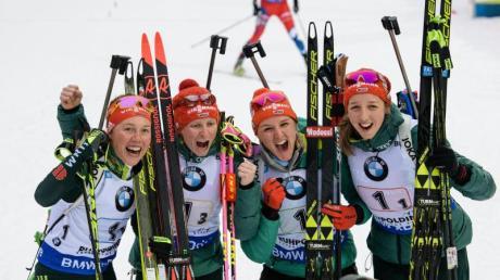 Laura Dahlmeier, Franziska Hildebrand, Denise Hermann und Franziska Preuß (l-r) feierten den Staffel-Sieg. Foto: Matthias Balk