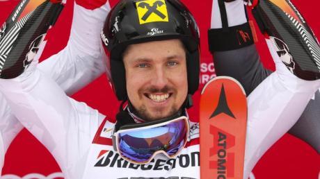 Marcel Hirscher aus Österreich jubelt bei der Siegerehrung. In Garmisch holt er den 55. Weltcup-Erfolg seiner Karriere. Foto: Stephan Jansen