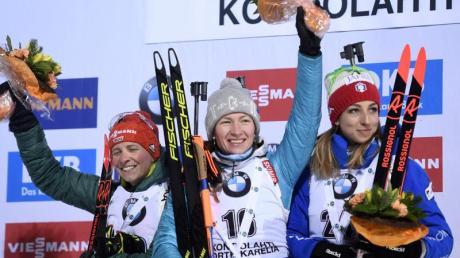 Bei der Siegererhung in Kontiolahti: Die Zweitplatzierte Franziska Hildebrand (l-r), Siegerin Darja Domratschawa aus Weißrussland und die Italienerin Lisa Vittozzi. Foto:Martti Kainulainen