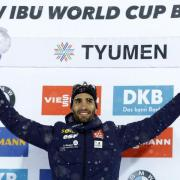 Martin Fourcade aus Frankreich hält die Kristallkugel für den Sieg in der Weltcup-Gesamtwertung. Foto: Sergei Grits/AP