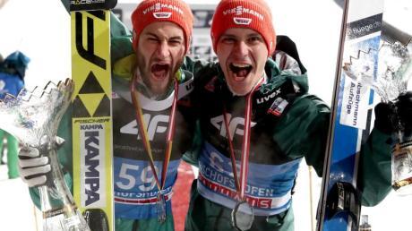 Der zweitplatzierte Markus Eisenbichler (l) und der drittplatzierte Stephan Leyhe. Foto: Daniel Karmann