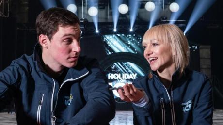 Die Eiskunstläufer Bruno Massot (l) und Aljona Savchenko sitzen am Rand der Eisbahn von Holiday on Ice.
