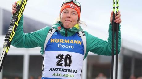 Laura Dahlmeier jubelt auf dem Podium über ihren Sieg beim Massenstartrennen in Antholz.