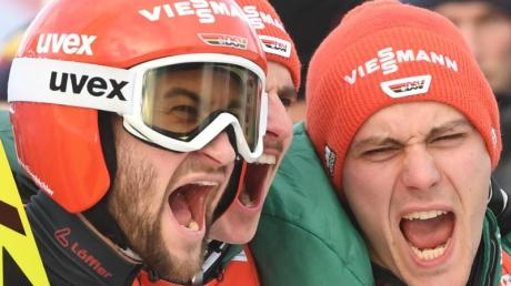 Skispringer Markus Eisenbichler (l-r), Richard Freitag und Stephan Leyhe gewinnen Gold. Foto: Hendrik Schmidt