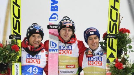 Zweitplatzierter Kamil Stoch (l-r), Sieger Dawid Kubacki und Drittplatzierter Stefan Kraft posieren nach der Siegerehrung.