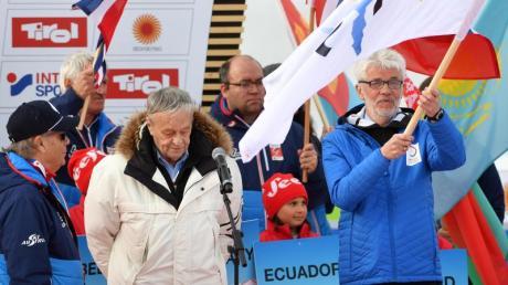 Die Flagge der FIS wird bei der Abschlussfeier an Franz Steinle, Präsident des Deutschen Skiverbandes (DSV), übergeben. Foto: H. Schmidt