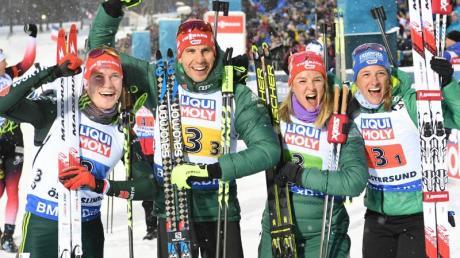Benedikt Doll, Arnd Peiffer, Denise Herrmann und Vanessa Hinz (l-r) feiern Silber in Östersund.