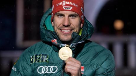 Arnd Peiffer mit der Goldmedaille für seinen Einzel-WM-Titel.