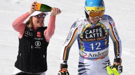 Nach seinem Lauf wird Felix Neureuther von Viktoria Rebensburg mit Champagner besprüht.