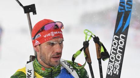 Der deutsche Biathlet Arnd Peiffer kommt erschöpft ins Ziel. Foto: Sven Hoppe