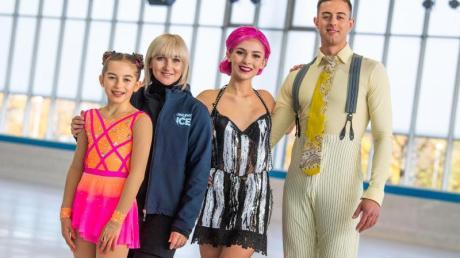 Colin Grafton (r-l), Christina Bokma, Aljona Savchenko und die junge Eiskunstläuferin Hanna Keiß im Rahmen der Vorstellung von «Holiday on Ice».