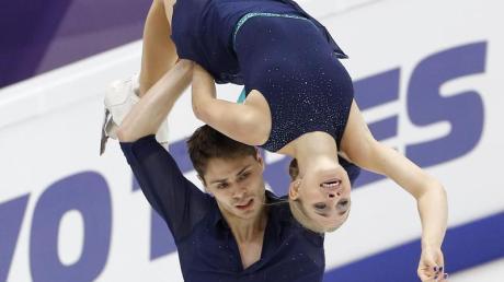 Vierte nach dem Kurzprogramm in Moskau: Minerva-Fabienne Hase und Nolan Seegert in Aktion. Foto: Alexander Zemlianichenko/AP/dpa