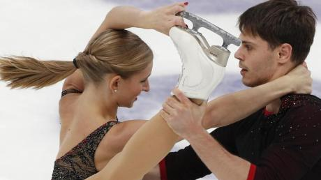 Haben die erste Grand-Prix-Medaille ihrer Karriere gewonnen: Minerva-Fabienne Hase und Nolan Seegert. Foto: Alexander Zemlianichenko/AP/dpa
