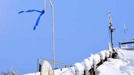 Die aufgehängten blauen Bänder am Rand der Sprungschanze in Ruka wehen im starken Wind. Wegen schwieriger Windbedingungen ist das Skispringen abgesagt worden.