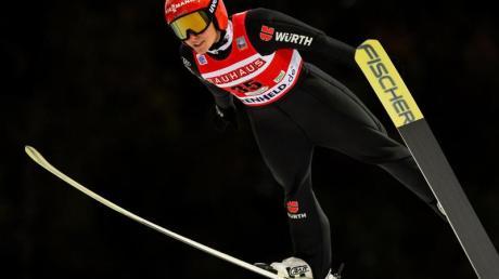Katharina Althaus springt von der Schanze.