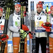 Die deutsche Staffel: Benedikt Doll (r-l), Arnd Peiffer, Johannes Kühn und Philipp Horn auf dem Podium. Biathlon in Annecy live in TV & Stream: TV-Termine