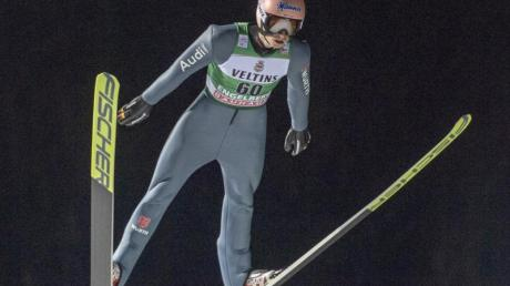 Skispringer Karl Geiger in Aktion.