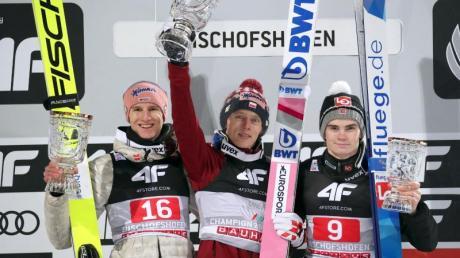 Auf dem Treppchen in Bischofshofen: Karl Geiger (l-r), Sieger Dawid Kubacki aus Polen und auf Rang zwei der Norweger Marius Lindvik.
