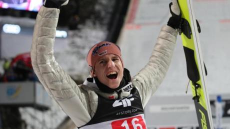 Karl Geiger jubelt nach dem Wettkampf über seinen dritten Platz.