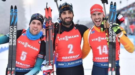 Die Ersten beim Massenstart: Sieger Martin Fourcade (M), der Dritte Simon Desthieux (l) und Arnd Peiffer.