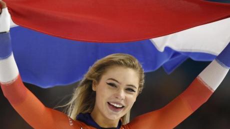 Die Niederländerin Jutta Leerdam jubelt nach ihrem Sieg über 1000 Meter.