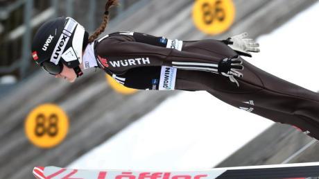 Skispringerin Selina Freitag in Aktion.