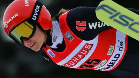 Skispringerin Katharina Althaus in Aktion.