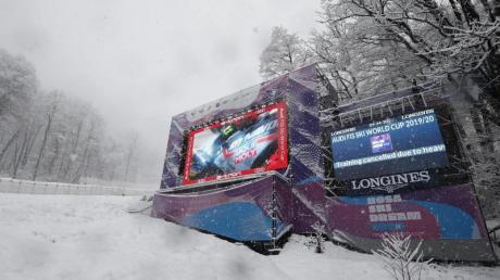 Auf einer Riesenleinwand wird angekündigt, dass das Abfahrts-Weltcuptraining der Frauen wegen starken Schneefalls abgesagt wird.
