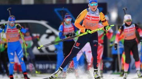 Training für die Mixed-Staffel der WM: Franziska Preuß (vorn) aus Deutschland lauft am Schießstand.