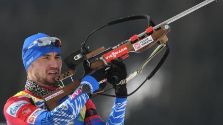 Der Russe Alexander Loginow beim Anschiessen vor dem Wettbewerb in Antholz.
