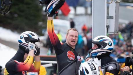 Francesco Friedrich (M) lässt sich nach der Zielankunft in Altenberg feiern.