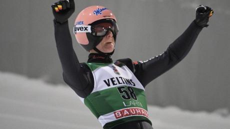 Der derzeit beste deutsche Skispringer: Karl Geiger jubelt nach einem Sprung.