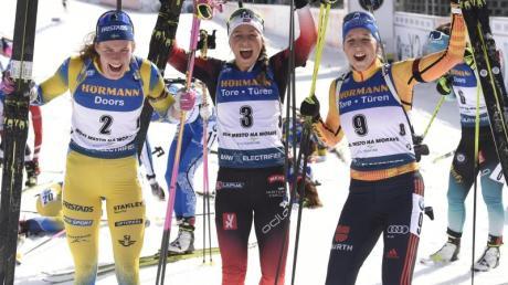 Franziska Preuß (r) wurde im Massenstart Dritte hinter Tiril Eckhoff (M.) aus Norwegen und der Schwedin Hanna Öberg.