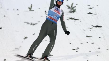 Der Pole Kamil Stoch hat auch das Weltcup-Skispringen in Titisee-Neustadt gewonnen.