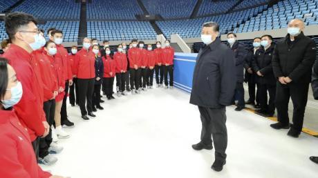 Der chinesische Präsident Xi Jinping (r) glaubt fest an eine Austragung der Winterspiele 2022 in Peking.